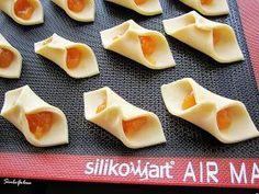 Vi consiglio di provare questi biscotti, uno tira l'altro! La pasta sembra quasi una sfoglia e sono veloci da fare. Li ho trovati per caso s...