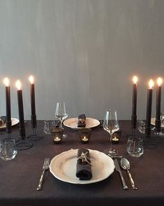 Ready, set.. • #xmas #xmasstyling #christmas #christmasstyling #dinnertable #interiorstyling #interiordesign #homedecorating #123interior #myhome |  @roomservicedesign.nl |