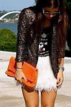 Conjunto de T-shirt com saia de plumas e casaquinho de paetes. #fashion #style #moda #estilo #glam #glamour #fab #wishlist