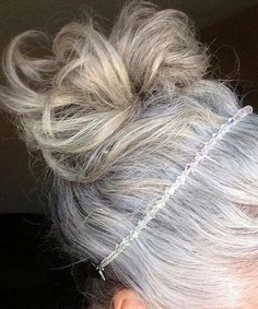 Nice way to grow out hair colour without roots. The band is pretty and functional, like a little tiara. The messy bun looks like an intentional ombre effect, never as good worn down when the silver and dye are too different. Grey Hair Don't Care, Long Gray Hair, Silver Grey Hair, White Hair, Grow Out Hair, Gray Hair Growing Out, Silver Haired Beauties, Grey Hair Inspiration, Going Gray