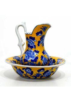 Jarra con palangana fabricada en porcelana flor azul sobre fondo amarillo con efectos vintage.  Medidas jarra: 29 cm de alto x 20 cm de ancho x 18 cm de fondo. Peso 1.650 Kg.  Medidas palangana: 9 cm de alto x 34.5 cm de diámetro. Peso 2.350 Kg.  Es una pieza ideal para acompañar una decoración para casa en estilo rústico, una casa de campo, chalet o cortijo... ENVIO GRATIS EN 24H, pincha sobre el enlace para ver mas detalles. Color Plata, Sugar Bowl, Bowl Set, Rustic Style, Yellow Background, Vintage Decorations, Home Decorations, Blue Flowers, Blue Nails