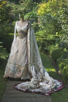"The History & Beauty of Irish Lace Crochet Irish Wedding dress! [not sure this is actually ""renaissance period"" but I like it, so here is where I'm putting it] 😉 Vintage Outfits, Vintage Gowns, Vintage Mode, Vintage Fashion, Beautiful Gowns, Beautiful Outfits, Stunningly Beautiful, Absolutely Gorgeous, Irish Wedding Dresses"
