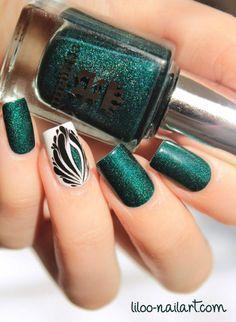 Elegan Dark Green Nail Polish with Peacock Accent