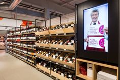 Delhaize by Minale Design Strategy - Retail Design - Wine-cellar and Wine-pairing - In-store digital communication Beer Store, Liquor Store, Wine Shop Interior, Retail Interior, Wine And Spirits Store, Wine Cellar Design, Wine Design, Food Retail, Wine Display