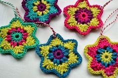 Crochet stars by Ellebel, pattern here… Crochet Garland, Crochet Stars, Crochet Decoration, Crochet Snowflakes, Love Crochet, Crochet Motif, Beautiful Crochet, Crochet Flowers, Crochet Patterns