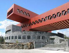 EDIFICIO DE POSGRADO DE LA FACULTAD DE ECONOMÍA, UNAM 2010 Esta la construcción se integra con una base circular que sostiene dos volúmenes rojos que se intersectan para formar un volado. La base estructural del edificio es de acero recubierto con concreto. En su interior se distribuyen a lo largo de cuatro niveles un auditorio, 11 aulas, 102 cubículos, una biblioteca y un centro de informática.
