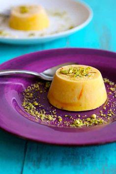 Le kulfi à la mangue est un riche dessert glacé traditionnel indien, garni de pistaches et de cardamome.