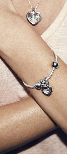 Keep your mother close to your heart at all times with PANDORA´s heart-shaped sterling silver locket