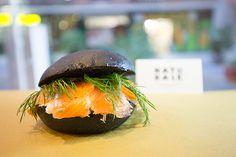 Panino carbone vegetale con salmone marinato | Naturale