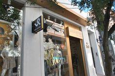 Projeto desenvolvido pelo escritório 501 arquitetura para a loja Villa Sante franquiado da Lança Perfume na cidade de Santa Maria -rs em 2011. Fachada comercial em ACM na cor bronze, com recortes e  iluminação interna.  Loja de roupas, projeto comercial, projeto arquitetura