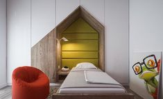 petite chambre d'enfants blanche avec armoires de rangement et lit-pont en forme de maison