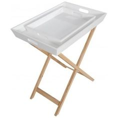 Decentní odkládací stolek Santini s dubovým rámem a dvěma praktickými podnosy, které lze používat samostatně.