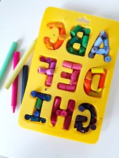 How To Make DIY Name Crayons Homemade Crayons, Diy Crayons, Broken Crayons, Melted Crayons, Melted Crayon Crafts, Crayon Letter, Crayon Art, Crayon Ideas, Diy Crafts For Kids