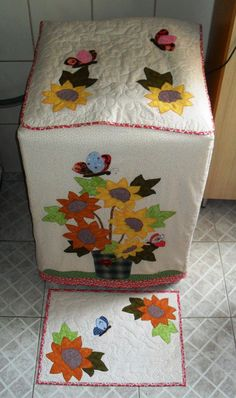 capa p máq. de lavar roupa Sewing Crafts, Sewing Projects, Washing Machine Cover, Appliance Covers, Recycled Home Decor, Diy Cushion, Sewing Table, Felt Fabric, Hand Embroidery