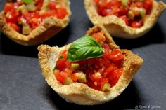 Cestini di pane al pomodoro - Mini tomato bruschetta baskets Antipasto, Finger Food Appetizers, Appetizer Recipes, Finger Food Recipes, Cooking Time, Cooking Recipes, Fingers Food, Fingerfood Party, Creative Food
