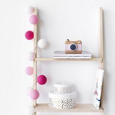 Lius guirnalda | ¡Han llegado nuestras guirnaldas favoritas en más colores!  Las guirnaldas de luces son el complemento perfecto para la decoración de cualquier rincón de tu casa. Conectadas a la corriente, crean un ambiente especial que no pasará desapercibido.   #kenayhome #home #guirnalda #algodón #lius #rosa #fucsia #blanco #decoración #iluminación #luz #deco #decor #hogar #dormitorio #habitación #infantil #kids #pink #diseño #interior #design Floating Nightstand, Room Decor, Shelves, Table, Furniture, Ideas, Decorative Ladders, Kids Rooms, Decorating Rooms