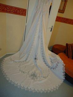 robe de marie avec grande traine de chez point mariage nantes - Point Mariage La Rochelle
