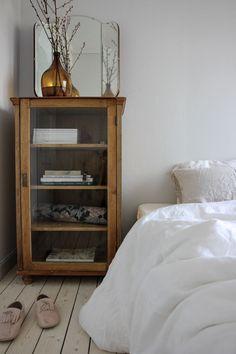 Schöner Holzschrank aus Holz als Nachttisch #holzschrank #nachttisch #schoner