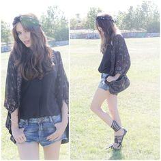 Clara Alonso:  shorts y bolso de Zara 2013, blusa negra, kimono y diadema de Urban Outfitters y sandalias de Pull.