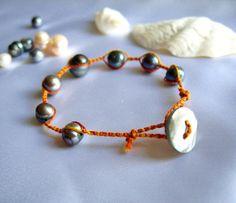 Bracelet shamballa perles de culture et fils de coton colorés : Bracelet par patynett