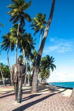 Estátua do escritor Graciliano Ramos na orla de Maceió.