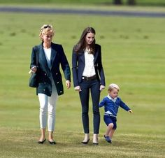 Prince George and his mother Catherine, Duchess of Cambridge and his guardian angel his grandmother Lady Diana. Princess Diana Family, Prince And Princess, Princess Charlotte, Prince Harry, Princesa Real, Princesa Kate, Prince George Alexander Louis, Prince William And Kate, Princesse Kate Middleton