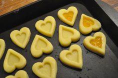 BISCOTTI A FORMA DI CUORE Biscotti a forma di cuore ripieni di marmellata di albicocche, realizzati con due cutter a forma di cuore di dimensioni differenti.