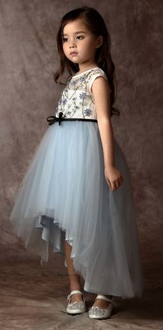 Tierno vestido infantil I like be the assymetry of this skirt. Still a beautiful tulle skirt but not so huge Baby Girl Frocks, Frocks For Girls, Little Girl Dresses, Girls Dresses, Flower Girl Dresses, Baby Dresses, Look Fashion, Kids Fashion, Dress Fashion