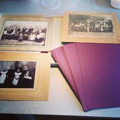 Doos om oude familiefoto\'s in te bewaren / Box to keep old family photo\'s⠀ .⠀ .⠀ .⠀ .⠀ .⠀ .⠀ .⠀ .⠀ .⠀ #genealogie #levensverhalen #verteljeverhaal #familieverhalen #erfstuk #generaties #familieboek #vertelhetnu #persoonlijkegeschiedenis #familiegeschiedenis #memoiresschrijven #voordathettelaatis⠀ #lifestories #tellyourstory #heirloom #heirloombook #memoriesmatter #familyheirloom #personalhistory #heritage #familyhistory #genealogy #nowisthetime #memoriesmatter #personalhistory #memoir #tellyourstory #familyhistory #familystories #beforeitstoolate