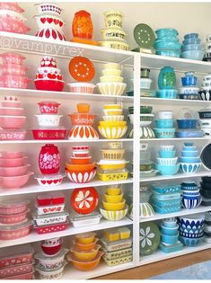 Vintage Pyrex is highly collectible ! This is a great primer on Pyrex for those who want to collect Wow, what a collection! Vintage Pyrex is highly collectible ! This is a great primer on Pyrex for those who want to collect Vintage Kitchenware, Vintage Dishes, Vintage Glassware, Vintage Pyrex, Pyrex Vintage Patterns, Antique Dishes, Vintage Tins, Pyrex Display, Casa Retro
