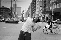 Provengono soprattutto dal Sudamerica, ma tra di loro ci sono anche italiani che scelgono di abbandonare la vita d'ufficio per conquistare una maggiore libertà: sono i 'Giocolieri al semaforo rosso di Milano', protagonisti del reportage della fotografa Loredana Celano. Il suo obiettivo