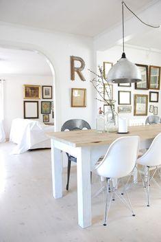 Bienvenue dans cette charmante maison scandinave rénovée par la designer et écrivain Anna Truelsen et sa famille à Västergötland, en Suède. J'aime beaucoup ce style très épuré, avec beaucoup de blanc, tout en restant chaleureux grâce à la présence de bois et d'objets anciens réutilisés.