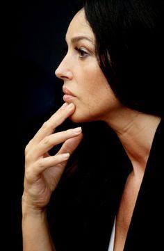 Monica Belluci  Sus manos, también perfectas..