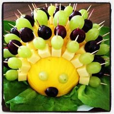 cheesy hedgehog Käseigel # Food and Drink art creative Fruit Decorations, Food Decoration, Party Finger Foods, Snacks Für Party, Cute Food, Yummy Food, Food Art For Kids, Party Buffet, Edible Arrangements