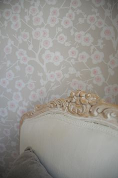 P ö m p e l i Pihlgren & Ritola Kirsikkapuu paperitapetti Cherry blossom wallpaper vintage style rococo chair