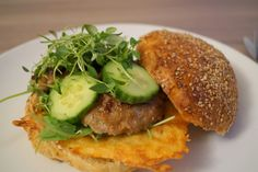 Frikadelleburger. Verdens bedste frikadelleburger med hjemmelavet burgerbolle, rucolasalat, ostechips, luftige frikadeller og masser af frisk timian.