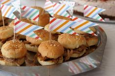 Puistolan bistro: Mininyhtöpossuburgerit Caramel Apples, Hamburger, Ethnic Recipes, Desserts, Food, Tailgate Desserts, Deserts, Eten, Hamburgers