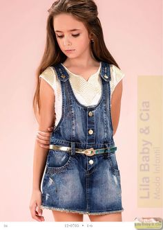 Conjunto Jardineira e Blusa Diforini Dungarees Outfits, Denim Outfit, Denim Pinafore, Pinafore Dress, Toddler Girl Outfits, Kids Outfits, Cute Outfits, Fashion Kids, Baby Girl Blue Eyes