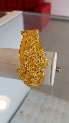 Ali baba Selani gold and diamond splyer Dubai. Gold Ring Designs, Gold Bangles Design, Gold Earrings Designs, Gold Jewellery Design, Dubai Gold Jewelry, Gold Rings Jewelry, Jewelery, Jewelry Art, Jewelry Accessories