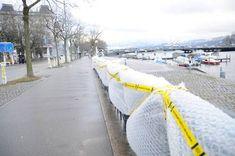 En Suisse, à Zurich et Bienne, LE BPA (Bureau de Prévention des Accidents) a décidé d'emballer dans du papier bulles 150 objets potentiellement dangereux (lampadaires, poubelles, véhicules …) avec pour but de sensibiliser les cyclistes sur le port du casque à vélo.