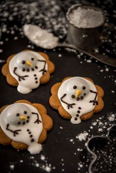 Sulavat lumiukot // Melted Snowmen Food & Style Antti Lumiainen, Mika Rampa, Perinneruokaa prkl Photo Mika Rampa www.maku.fi Christmas Cookies Gift, Christmas Desserts, Christmas Baking, Christmas Cake Designs, Food Humor, Yummy Drinks, Cookie Decorating, Sweet Recipes, Sweet Treats