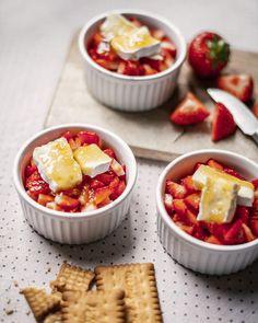Perfekt zur Erdbeeren-Saison passt unser leckeres Erdbeertörtchen-Rezept! In nur wenigen Minuten zubereitet und extrem lecker. #rezept #recipe #käse #cheese #erdbeeren #saisonal #inspiration #dessert #summer