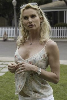 Edie Britt (Nicolette Sheridan) ~ Desperate Housewives ~ Episode Stills ~ Pilot…