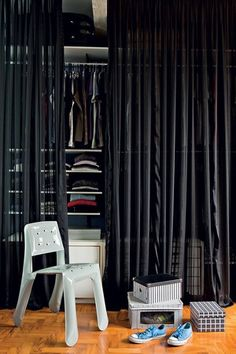 Capricho no improviso Esta é uma boa ideia para quem quer um closet incrível, mas está sem grana para um projeto de marcenaria sofisticado. O arquiteto Diogo Oliva montou o seu com araras metálicas e gaveteiros. No lugar de portas, entra a marcante cortina de voile preto. Caixas de sapato forradas e a cadeira de design completam a decoração.