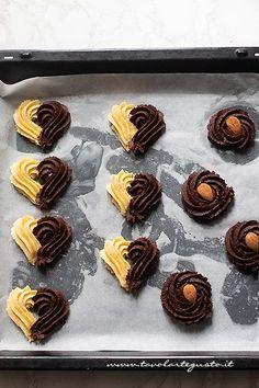 decorare biscotti da the - Ricetta Pasta frolla montata Spritz Cookies, Galletas Cookies, Mini Desserts, Christmas Desserts, Home Bakery Business, Biscuits, Italian Cookies, Chocolate Cups, Beignets