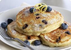 These Lemon Ricotta Blueberry Pancakes are sweet enough to eat without maple syrup and fluffy enough to melt in your mouth. Low-fat ricotta cheese and beaten egg whites lighten the batter as well! Breakfast And Brunch, Blueberry Breakfast, Mexican Breakfast, Breakfast Pancakes, Breakfast Bowls, Blueberry Ricotta Pancakes, Lemon Pancakes, Savory Pancakes, Cheese Pancakes