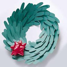 Elegante corona navideña hecha de cartulina - #CoronaNavideña http://navidad.es/13570/elegante-corona-navidena-hecha-de-cartulina/