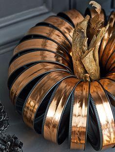 Easy DIY pumpkins that make seriously glam decor for fall – Pamela's World Diy Pumpkin, Pumpkin Crafts, Fall Crafts, Halloween Crafts, Thanksgiving Crafts, Halloween Goodies, Halloween 2017, Holiday Crafts, Halloween Ideas