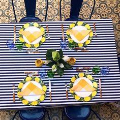 Ladrilhos  limão siciliano  azul marinho {} Composição inusitada e linda!!!! Perfeita para inspirar não só o almoço de Sexta como do fim de semana inteiro  Inspiração do arquiteto @sigbergamin