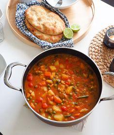 Lämmittävä kasviscurry - Kaakao kermavaahdolla Chana Masala, Curry, Ethnic Recipes, Food, Red Peppers, Curries, Essen, Yemek, Meals